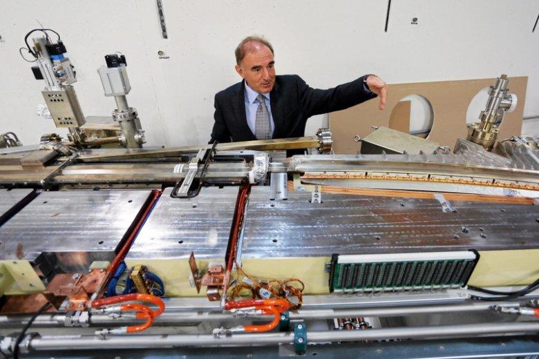 Dyrektor Centrum profesor Marek Stankiewicz prezentuje magnesy synchrotronu.