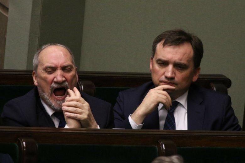 Antoni Macierewicz i Zbigniew Ziobro podczas obrad Sejmu.