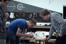 Studenci w trakcie pracy w laboratorium.