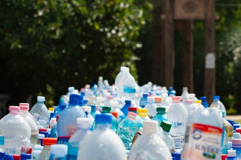 Świat z roku na rok coraz bardziej tonie w plastikowych odpadach. Plastik jest już wszędzie - również w naszych organizmach.