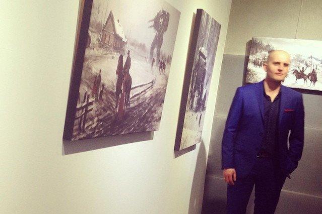 Jakub Różalski na swojej autorskiej wystawie.
