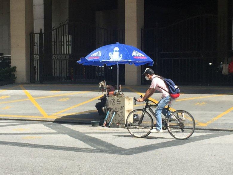 """W komunistycznych Chinach, rower był integralną częścią kultury. Dziś, wg opinii publicznej, tylko biedni jeżdżą rowerami. Sławnym stało się powiedzenie chińskiej celebrytki """"Wolałbym płakać w BMW, niż uśmiechać się na rowerze"""". Tu: Szanghajski rowerzysta"""