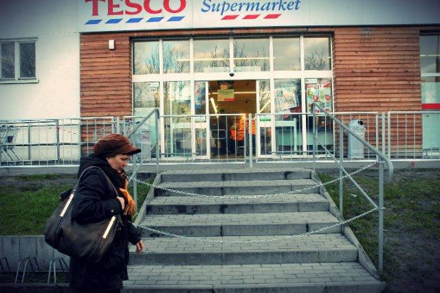 Tesco będzie zwalniać pracowników, zamykać markety i punkty sprzedaży internetowej.