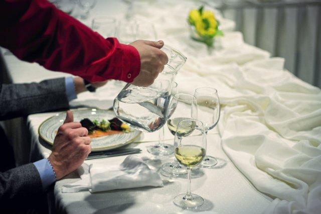 W naszym kraju restauratorzy wciąż lubią krzyknąć sobie za butelkę z wodą zamawianą do obiadu niemałe pieniądze