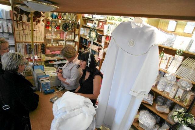 Ubiór do komunii to nie tylko sukienka czy alba, ale też sporo kosztownych dodatków