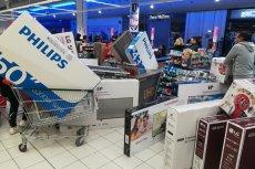 Klienci szturmujący sklep w wyniku omyłkowej przeceny telewizorów we Francji.