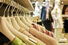 Miliony ton śmieci, toksyczne chemikalia i plastikowe mikrowłókna, które nie rozłożą się nigdy - to ciemna strona biznesu odzieżowego