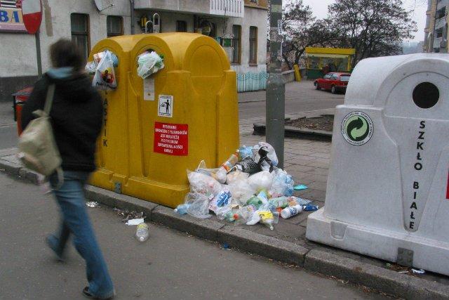 Tony plastikowych butelek zalegających na ulicach, trawnikach, wysypiskach oraz morzach i oceanach staje się coraz większym problemem