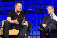 Tesla straciła 2 mld dol. w kilku minut. Firma notuje rekordowe straty. Szef Tesli Elon Musk (z lewej) ma kłopot.