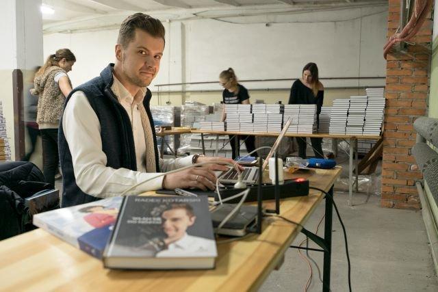 Radek Kotarski, znany youtuber stał się właśnie wydawcą. W ciągu kilku miesięcy osiągnął świetne wyniki a wydawnictwo Altenberg rozwija się wyjątkowo dynamicznie.