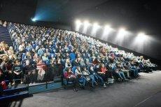 W kinach pamiętać teraz należy o maseczce i zachowaniu bezpiecznego dystansu
