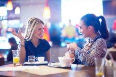 Herbaty owocowe, wody smakowe, a nawet soki mogą być szkodliwe - dla szkliwa zębów.