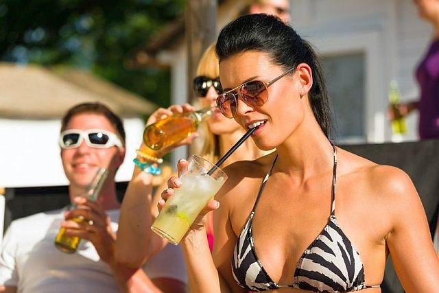 Przybywa ubezpieczycieli, którzy za dodatkową opłatą gwarantują ochronę turystom będącym pod wpływem alkoholu.