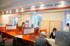 Pensje polskich urzędników nie są wysokie. Lepiej zarobi się na kasie w markecie