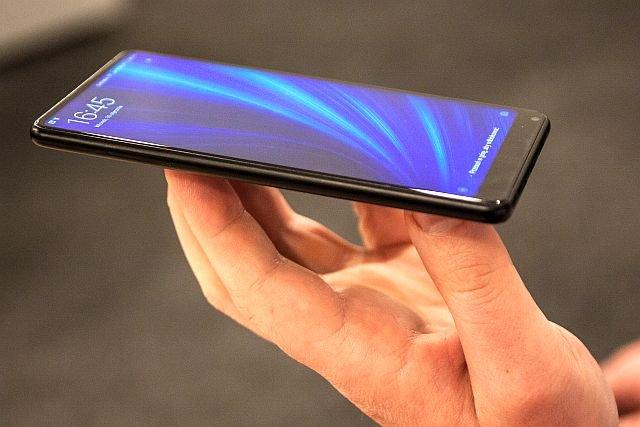Mi Mix 2 wpisuje się w modę na bezramkowce, ale robi to rozsądnie. Trzymając telefon w dłoni, nie wciśniesz nic bokiem ręki.