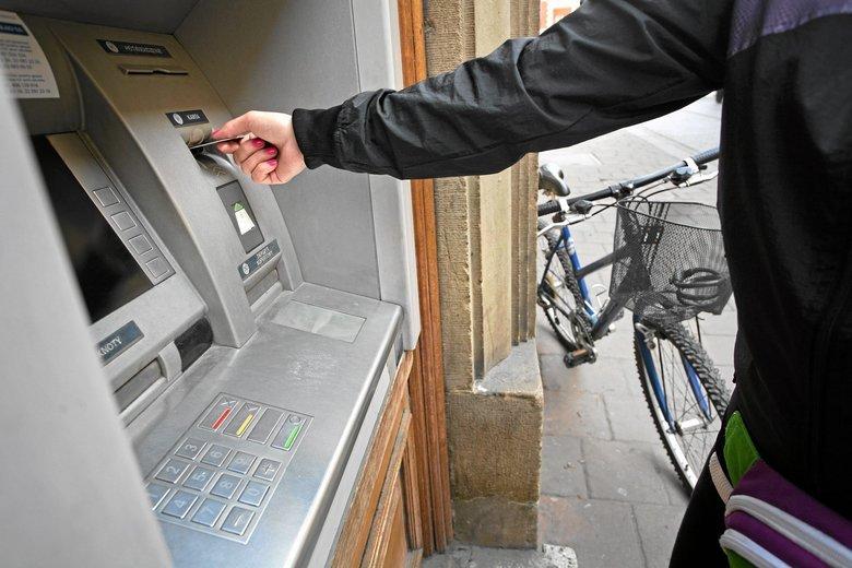 Od 2019 roku pensje będą domyślnie wypłacane przelewami na konto bankowe