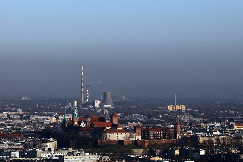 Kraków leży w specyficznej niecce i napływają do niej zanieczyszczenia z gmin ościennych. I to mali sąsiedzi grodu Kraka w bardzo dużej mierze odpowiadają za smog w mieście.