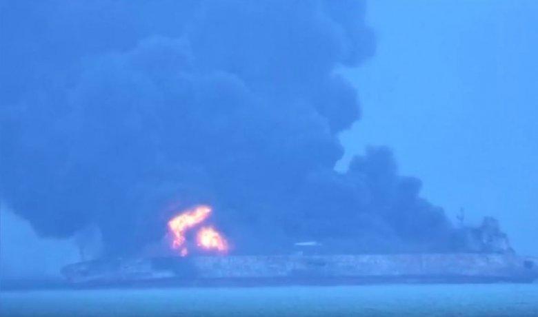 Tankowiec Sanchi płonie na Morzu Wschodniochińskim