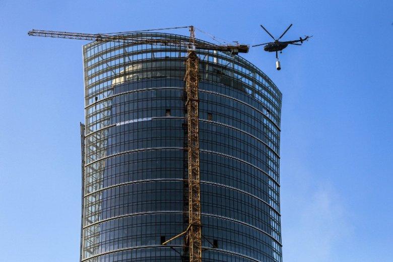 Montaż systemu klimatyzacji za pomocą helikoptera na dachu Warsaw Spire.