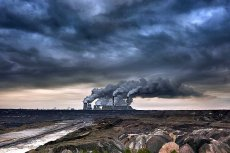 PGE Elektrownia Bełchatów, największa na świecie elektrownia na  węgiel brunatny. Widok od strony Kleszczowa - gminy, którą (wraz z kopalnią) uczyniła najbogatszą w Polsce.