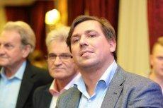"""Tomasz Kaczmarek, """"agent Tomek"""", w 2010 r. założył Stowarzyszenie Europejskie Centrum Wsparcia Społecznego """"Helper""""."""
