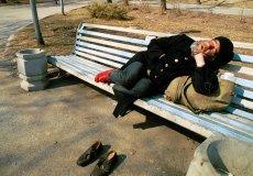 Bezdomność zazwyczaj nie kojarzy się z eleganckim garniturem (zdjęcie poglądowe).