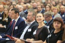 Rafał Sonik (w środku) uważa zakaz handlu w niedzielę za szkodliwy dla finansów państwa.