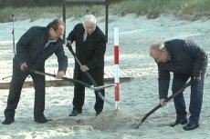 Słupek wkopany przez prezesa Kaczyńskiego długo nie postał. Cała inwestycja również stoi pod znakiem zapytania