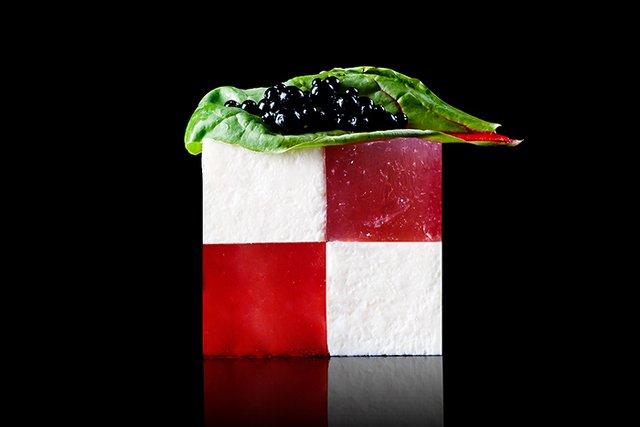 Łączenie kształtów, kolorów i smaków, to domena kuchni modernistycznej. Na zdjęciu: Galaretka z arbuza / ser feta / kawior balsamiczny