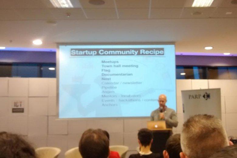 Tyler Crowley podczas przemówienia na temat miast tworzących start-upowe ekosystemy.