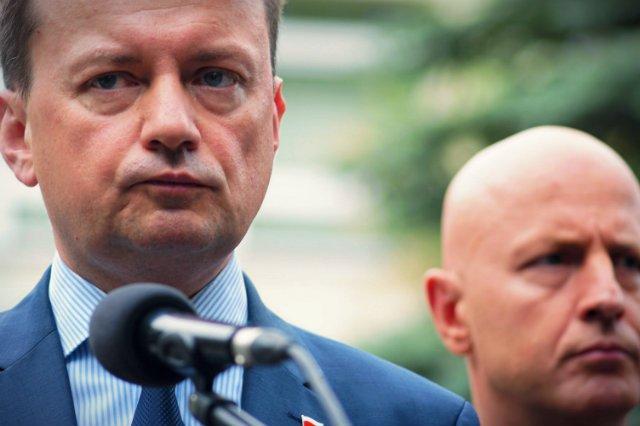 """Rocznie w wyniku oszustw """"na wnuczka"""" i """"na policjanta"""" wyłudzanych jest kilkadziesiąt milionów złotych. Tylko w 2015 roku policja podliczyła straty na 32 mln."""