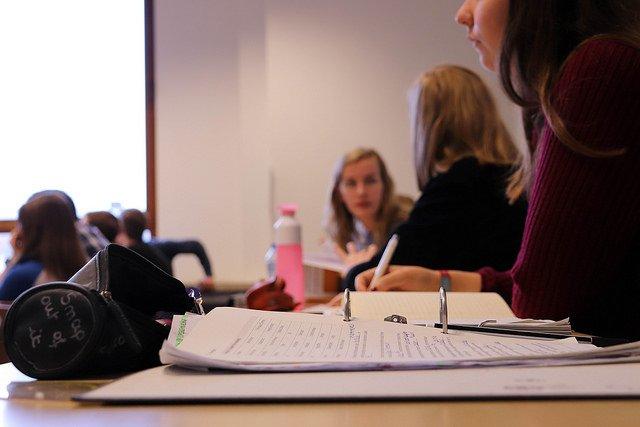 Nauczyciele mieli być masowo zwalniani, tymczasem pracy w szkołach jest więcej, według danych MEN