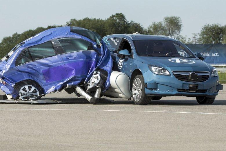 System ochrony ZF powiększa boczną strefę zgniotu samochodu na ułamek sekundy przed zderzeniem