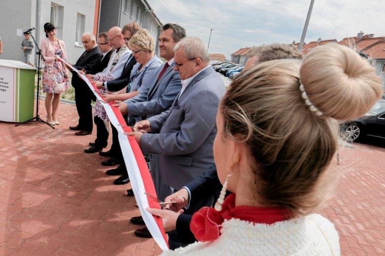 """Otwarcie słynnego osiedla w Jarocinie, zbudowanego w ramach programu Mieszkanie Plus. Na razie powstają wyłącznie lokale budowane w ramach """"komercyjnej"""" części rządowego projektu."""