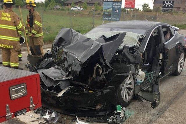 Właścicielka modelu Tesla S dosłownie wbiła się w zaparkowany na poboczu wóz strażacki.