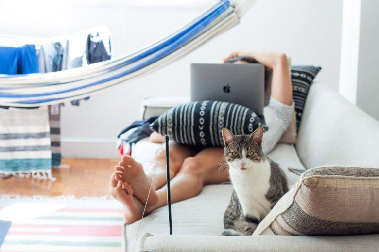 Elastyczne godziny pracy i możliwość pracy zdalnej sprzyja zachowaniu work-life balance.