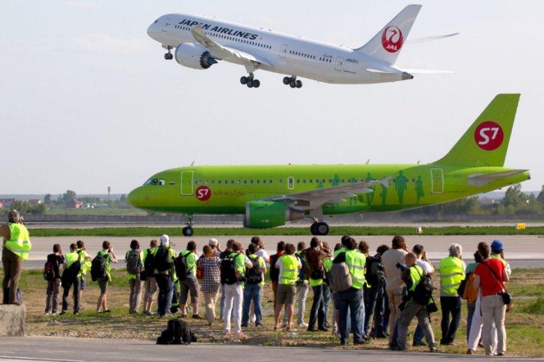 Samolot linii S7 Airlines na moskiewskim lotnisku.