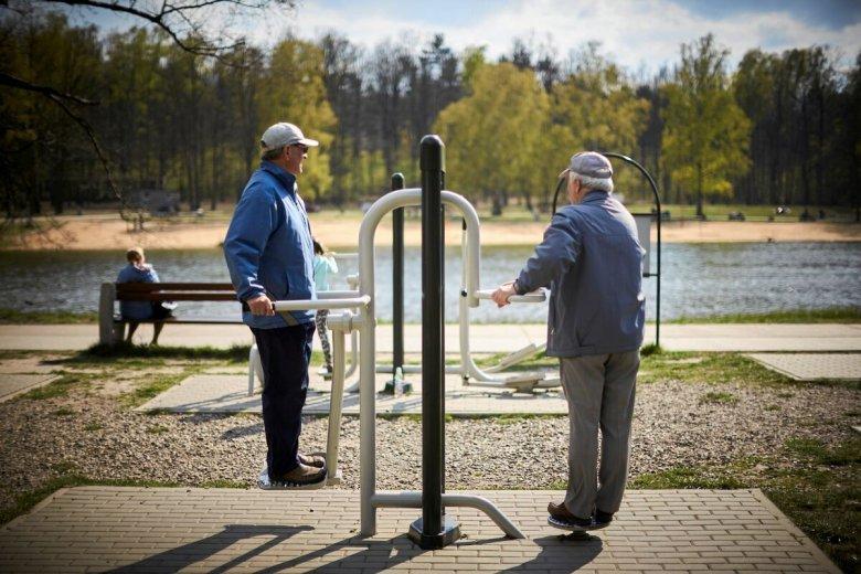 PiS zapowiada w swoim programie wyborczym wprowadzenie minimalnej kwoty 70 zł, o którą będą co roku rosnąć emerytury i renty.