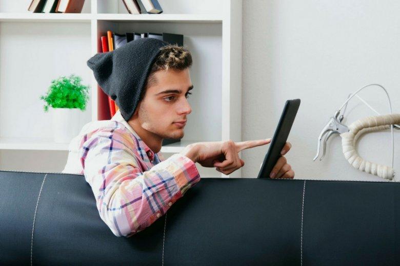 To stres i poczucie braku doświadczenia powstrzymują młodych ludzi przed podjęciem pierwszej pracy.