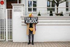 Ula Kitlasz podczas samotnego protestu pod turecką ambasadą przeciw rzezi Kurdów prowadzonej przez wojska tureckie na terenie Syrii.