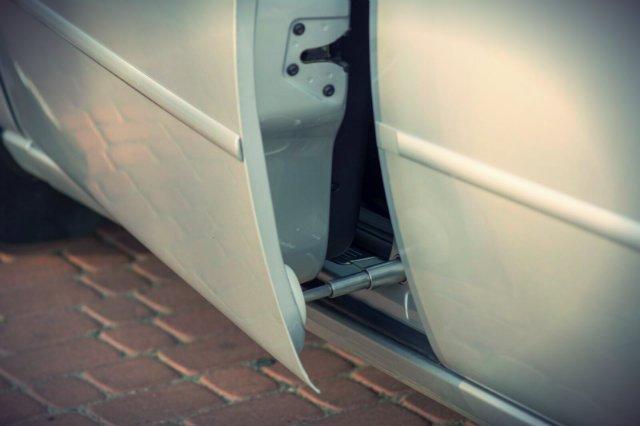 Siłowniki Nowak Innovations zamontowane w drzwiach samochodów