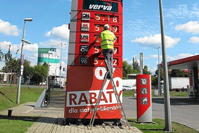 Ostatnio tak wysokie ceny paliw mieliśmy w 2014 roku. Odzwyczailiśmy się od widoku cyfry 5 z przodu.