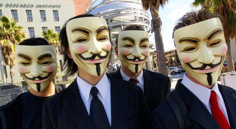 """Grupa haktyvistów w masce """"Guy Fawkes"""""""