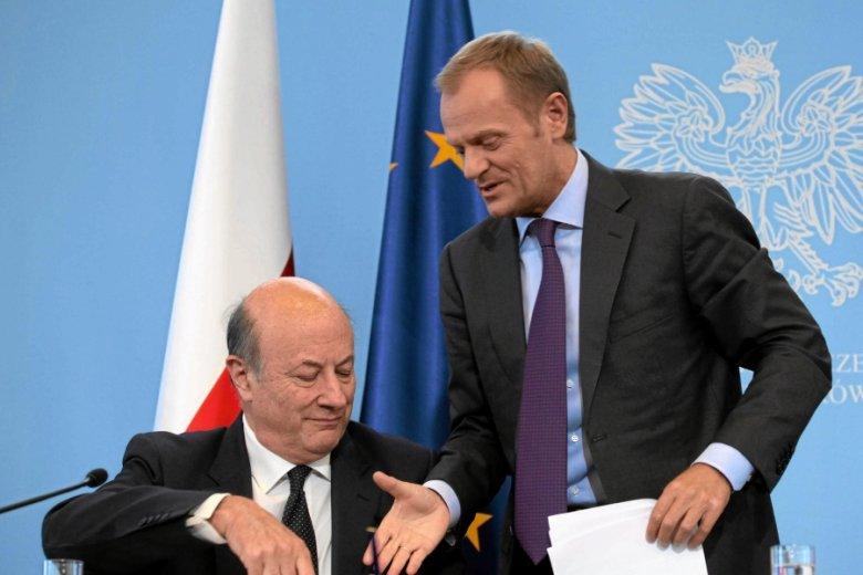 Szef rządu odpowiadał, ale to resort decydował, co powie. Donald Tusk i Jacek Rostowski.