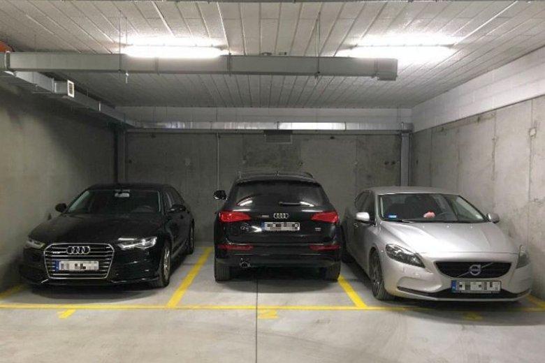 """Teoretycznie zaparkować się da. Deweloper """"zapomniał"""" za to o daniu mieszkańcom możliwości wyjścia z samochodu"""