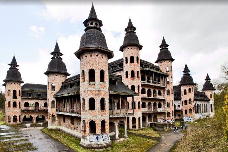Budowę zamku w Łapalicach rozpoczęto prawie 30 lat temu, ale inwestor - osoba prywatna - nigdy jej nie ukończył. To samowola budowlana