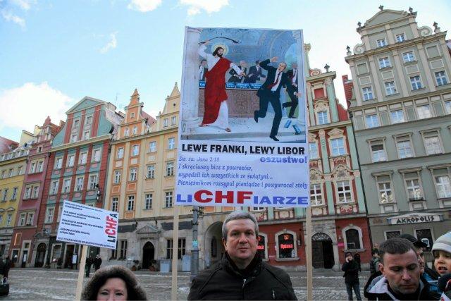 """Manifestacja """"frankowiczów"""" domagających się reakcji banków i rządu w sprawie kursu franka szwajcarskiego."""
