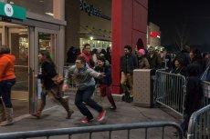 """Na hasło """"promocja"""" ludzie rzucają się do sklepów, a nawet potrafią kogoś stratować. Dlaczego tak się dzieje?"""