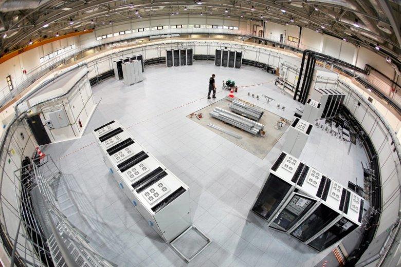 Budowa nadziemnej częsci synchrotronu w kształcie koła.