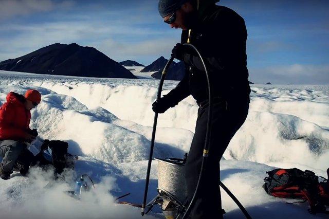 Pracownicy polskiej stacji badawczej na Spitsbergenie w trakcie pracy
